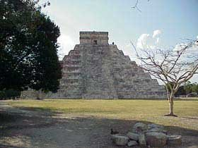 Photo of the ruins of the Mayan city of Chichen-Itza
