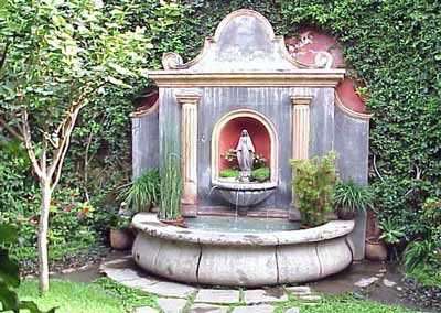 Photo of fountain in the courtyard of La Condessa