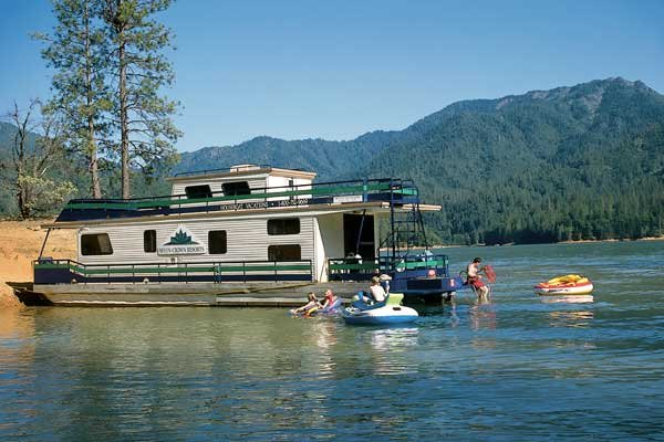 Photo of houseboating fun on Lake Shasta