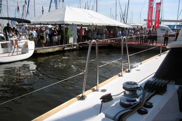 Photo of a A Dock And Go demonstration at the Annapolis boat show draws a crowd
