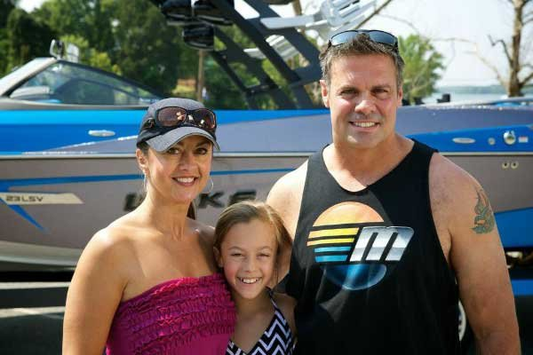 Photo of Troy Gentry and his wife-and daughter