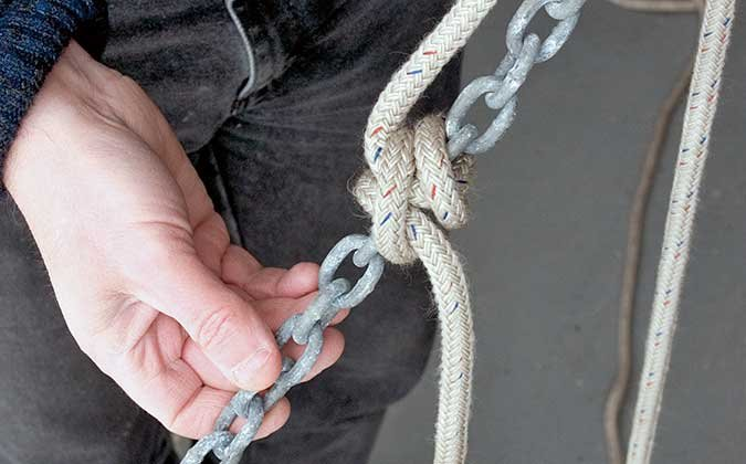 Rolling hitch tied to chain