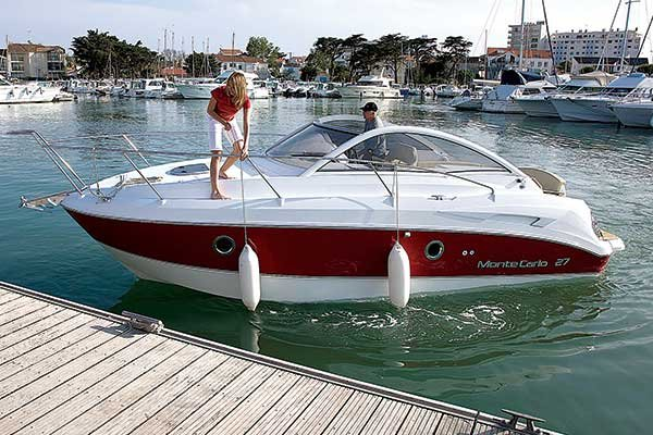 Photo of a Beneteau powerboat gliding into the dock