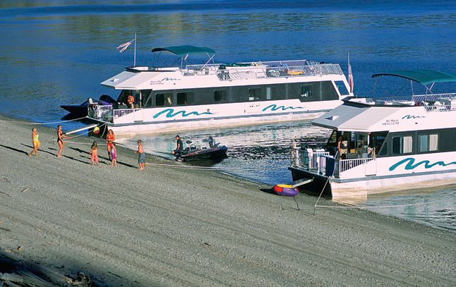 photo of houseboats moored on Lake Roosevelt