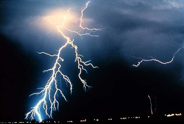 Photo of lightning in the night sky & Striking Lightning Facts - Seaworthy Magazine - BoatUS